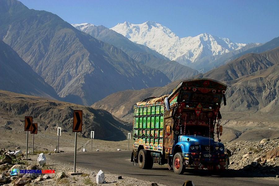 Vedere spre Nanga Parbat de pe Autostrada Karakorum